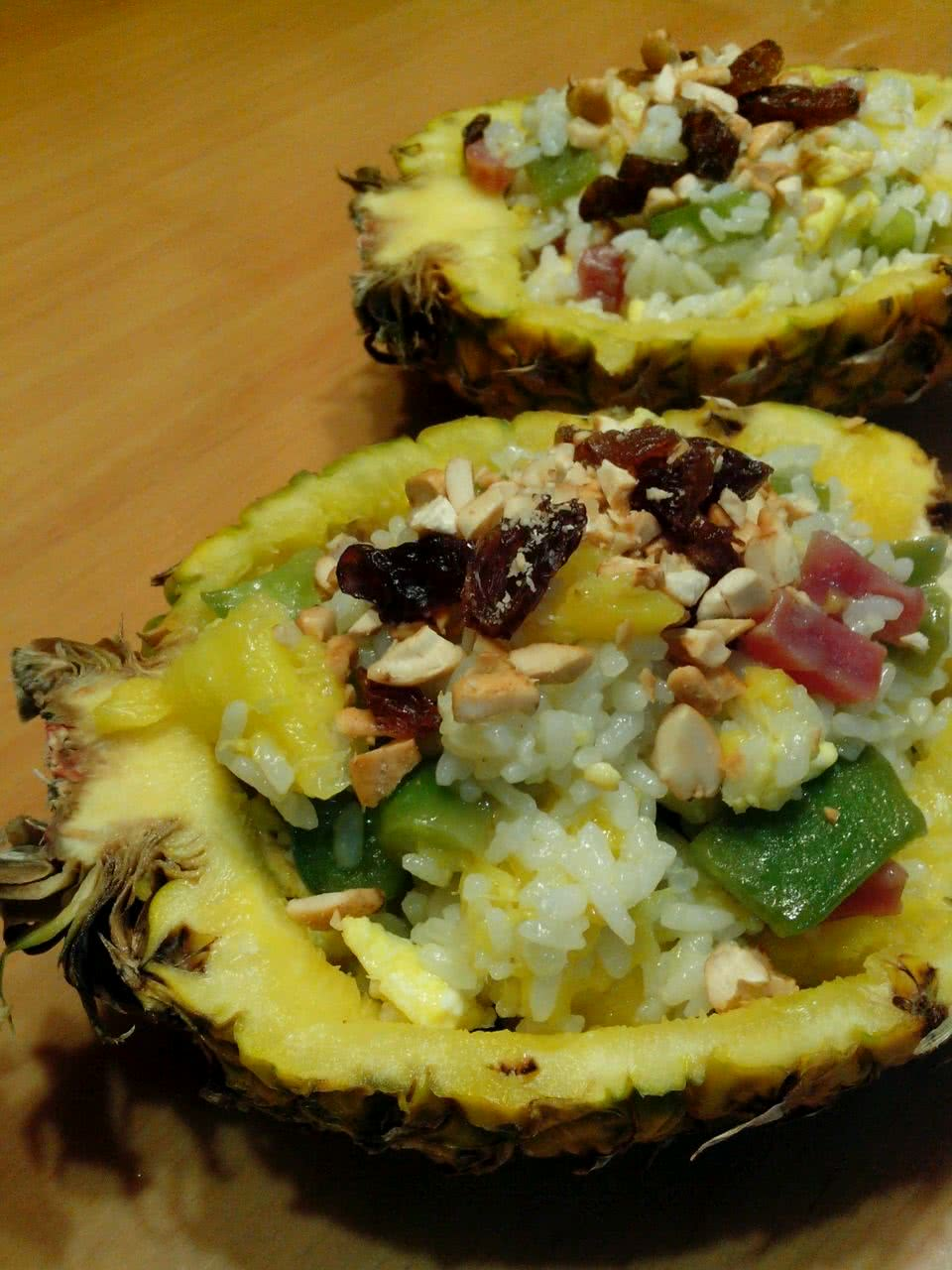 菠萝饭的做法步骤 1. 米饭加入椰浆和水煮熟. 2.