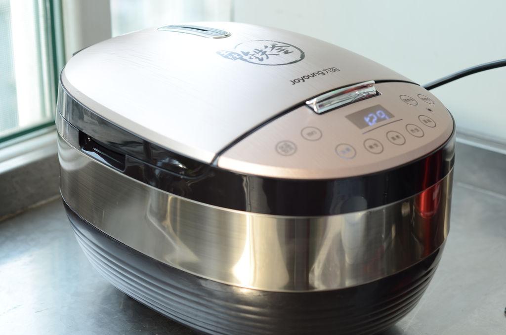 蜂鸣器长鸣一声,电饭煲进入烹饪状态,[汤粥]指示灯亮,数码管开始倒