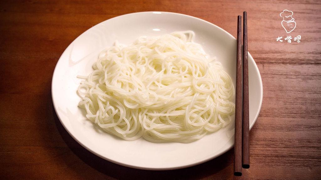 将米粉煮熟备用,可先用热水泡粉,缩短煮粉时间.