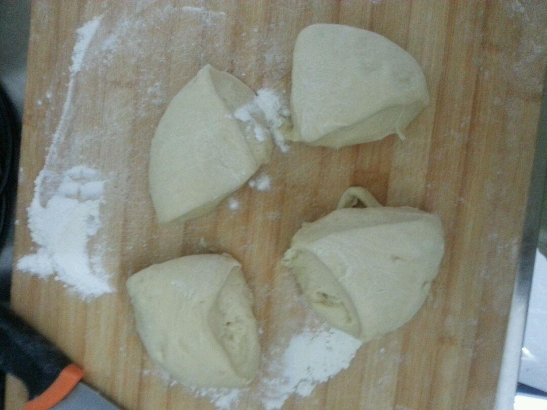 1. 鸡蛋2个打匀,碗里留半个蛋的量,刷表面用,除了红豆沙的其它材料一并倒入面包机按和面键开始和面,东菱默认30分钟。手揉也可以,只是揉半个小时太累了。揉成的面是否带膜都无所谓,因为是夹心处理,体现不出来带膜的好处。揉好后自动发酵两倍大。
