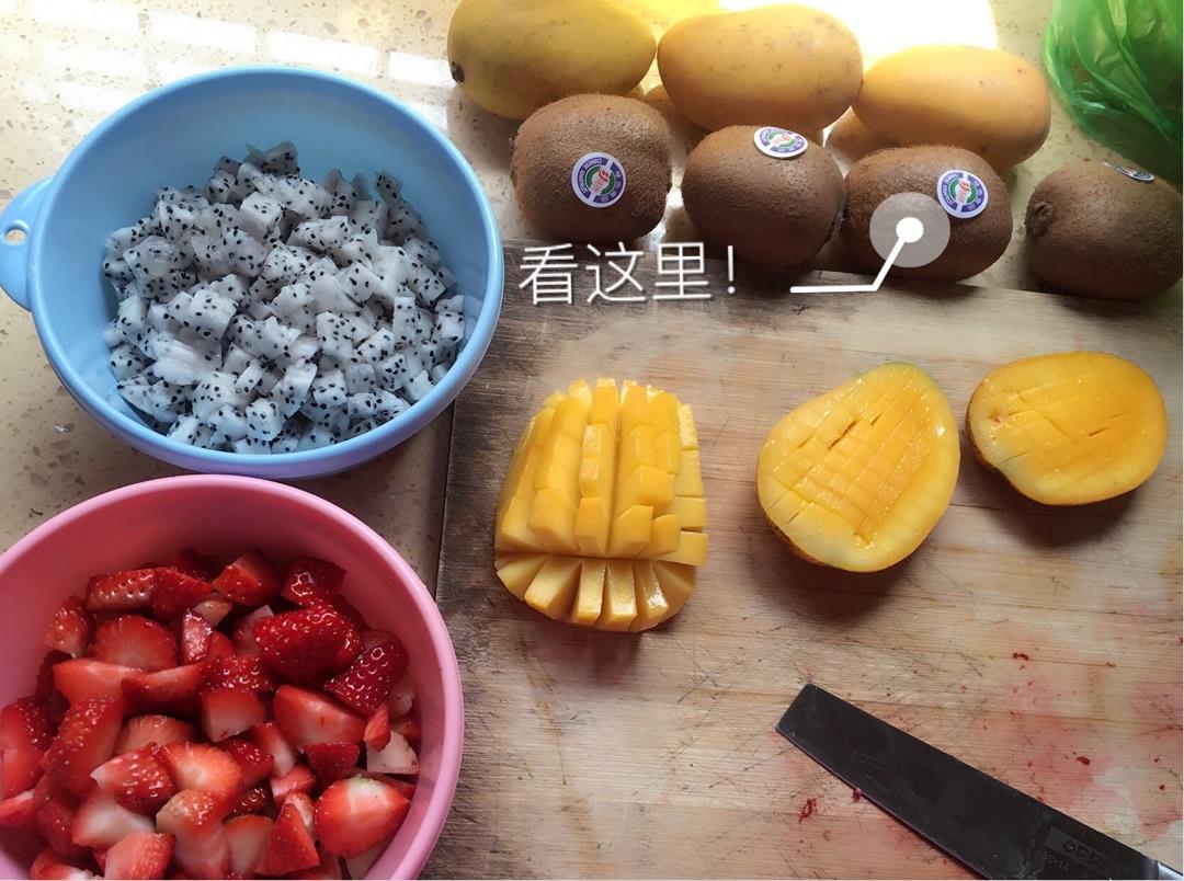把所有的水果洗干净,切好备用,建议先把所有水果都先切好哦!