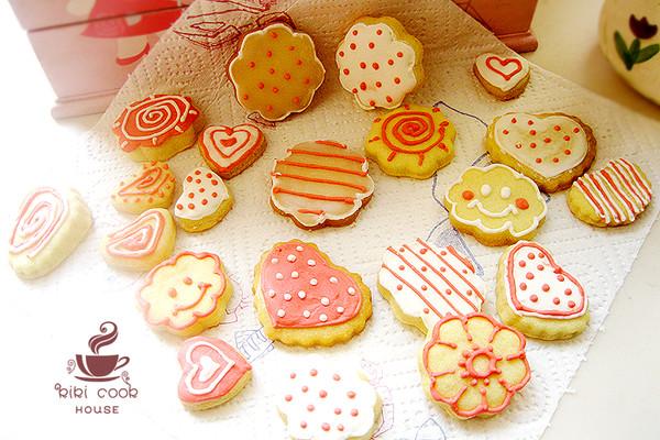 糖霜饼干没有糖果那么甜腻,很受小朋友的喜爱,而且家长们也不喜欢让宝贝们吃太多的糖,那么糖霜饼干就成了很好的选择。糖霜饼干的色彩和造型让人爱不释手,不忍心吃。 只用了原色和一点点红色素,就能做出这么多可爱的饼干,家里没有柠檬了,糖霜是用米醋和水制作的。 主料是饼底的食材,辅料是糖霜是食材。