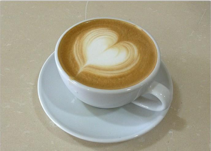 1. 使用18克咖啡粉,通过93度左右的热水和9bar的压力,通过意式浓缩咖啡机制作出来一份,然后通过全脂牛奶打少许的奶泡后,通过手工的方式注入到咖啡,左右摆动形成线条,使咖啡和牛奶融为一体,仿佛在一起跳舞,最后形成心型。
