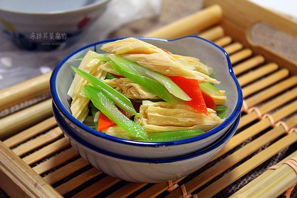 【凉拌芹菜腐竹】炎炎夏日的爽口小菜的做法