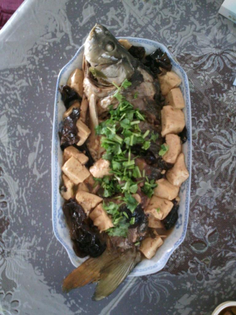 鲤鱼炖豆腐的做法图解1