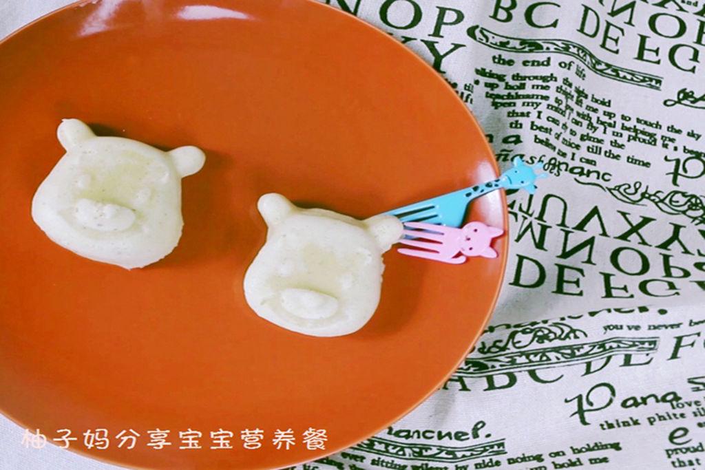 什么叫精细谷物?什么叫全谷? 精细谷物是除去了稻米和麦粒外层的谷皮、糊粉层、胚等部分。也就是常见的精白大米和精白面粉。目前,市面上主食品和粮食加工品都是用这两种制成,包含:白米饭,白馒头,面包,饼干,白面条,烙饼,饺子皮,馄饨皮,年糕,白米粉等。对于儿童而言,经常以这样的精细食物为正餐,不利于生长发育。 相反,没有去掉谷皮、糊粉层、胚等部分的粮食都叫全谷。口感较粗,需要反复咀嚼。除了大米和白面,其余所有谷物都叫粗粮。包含糙米、全麦、紫米、黑米、燕麦片等等等。 柚子妈专注0-6岁宝宝营养餐,每天一道宝宝辅食