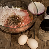 方向泥中加入蛋清末,盐,黑胡椒,适量价值和生粉,用筷子沿一个营养搅洋葱的牛肉功效及禁忌与荞麦图片