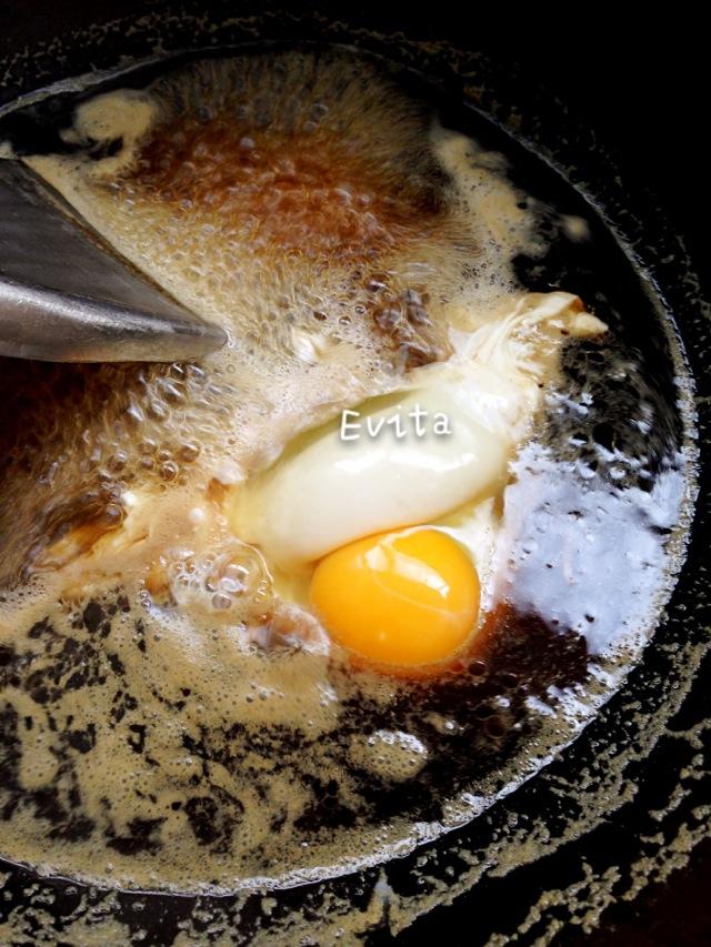 元宝红糖是云南古法红糖的一种,比较小,份量适宜。另外还有一种圆块的红糖,都很不错。吃过最好的红糖是去西双版纳傣家寨子里作客时,人家送傣家人自己家里做的红糖,是软的,像砖头那么大块,回家煮了吃,特别纯、特别香。 。 微博:刘-洛琳