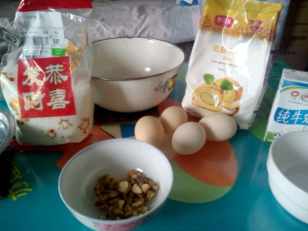 电饭煲蛋糕的做法步骤 2. 分离蛋黄蛋白