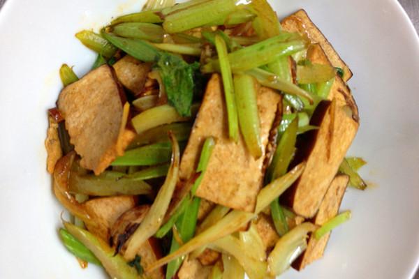 家常熏干炒芹菜的做法