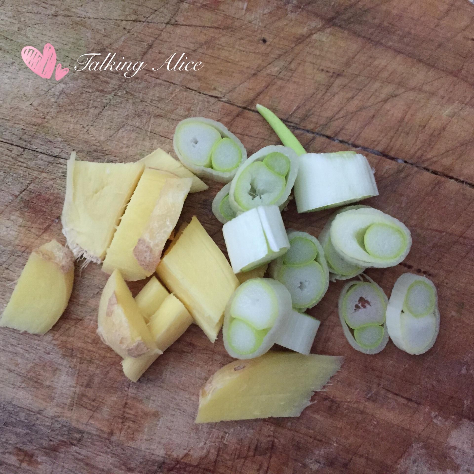 1,土豆削皮,切块.2,葱姜切段.
