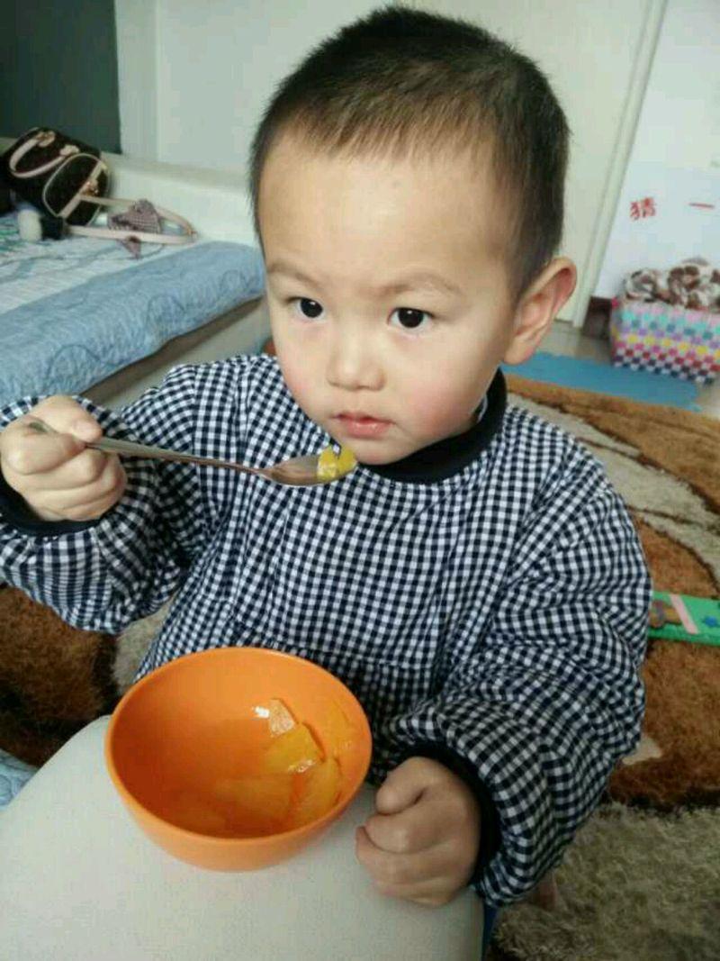 小孩吃菠萝的简笔画