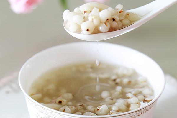 秋冬降燥佳品:薏米百合糖水的做法