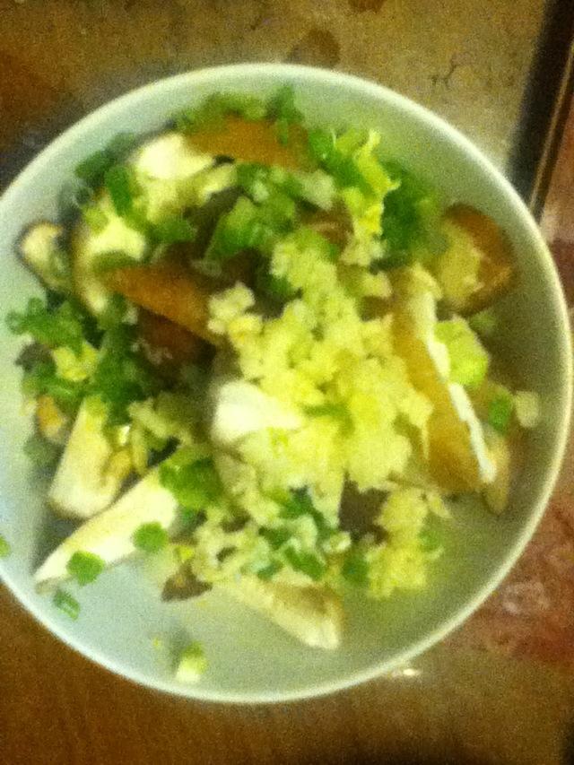 图解 娃娃菜/2. 娃娃菜竖着切碎,香菇切片,香葱切成葱花,蒜切成蒜泥。大孔...