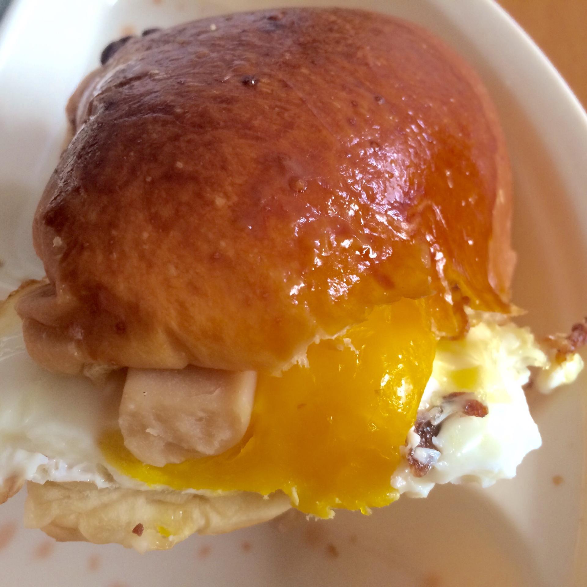 早餐包4个 鸡蛋4个 火腿2只 芝士适量 生菜4根 面包汉堡的做法步骤 小