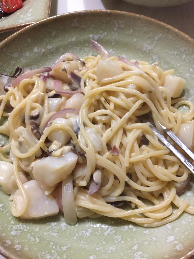 1. 大蒜切末,洋葱切丝。其实帆立贝可有可无,也可以用其他海鲜代替。(比如虾仁啦墨鱼啦,蛤蜊也很调鲜味不过蛤蜊我偏好用来煮青酱的面)香菇切丝。(蘑菇也可以)同时另一锅清水烧开放少许盐,把意面条丢下去,中小火煮10分钟。