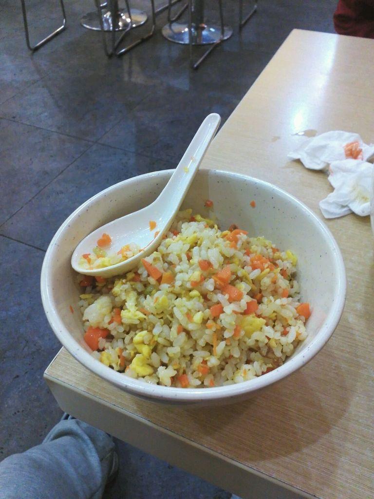 辅料   盐,食用油,胡萝卜,黄瓜葱花适量 家常蛋炒饭的做法步骤 1.