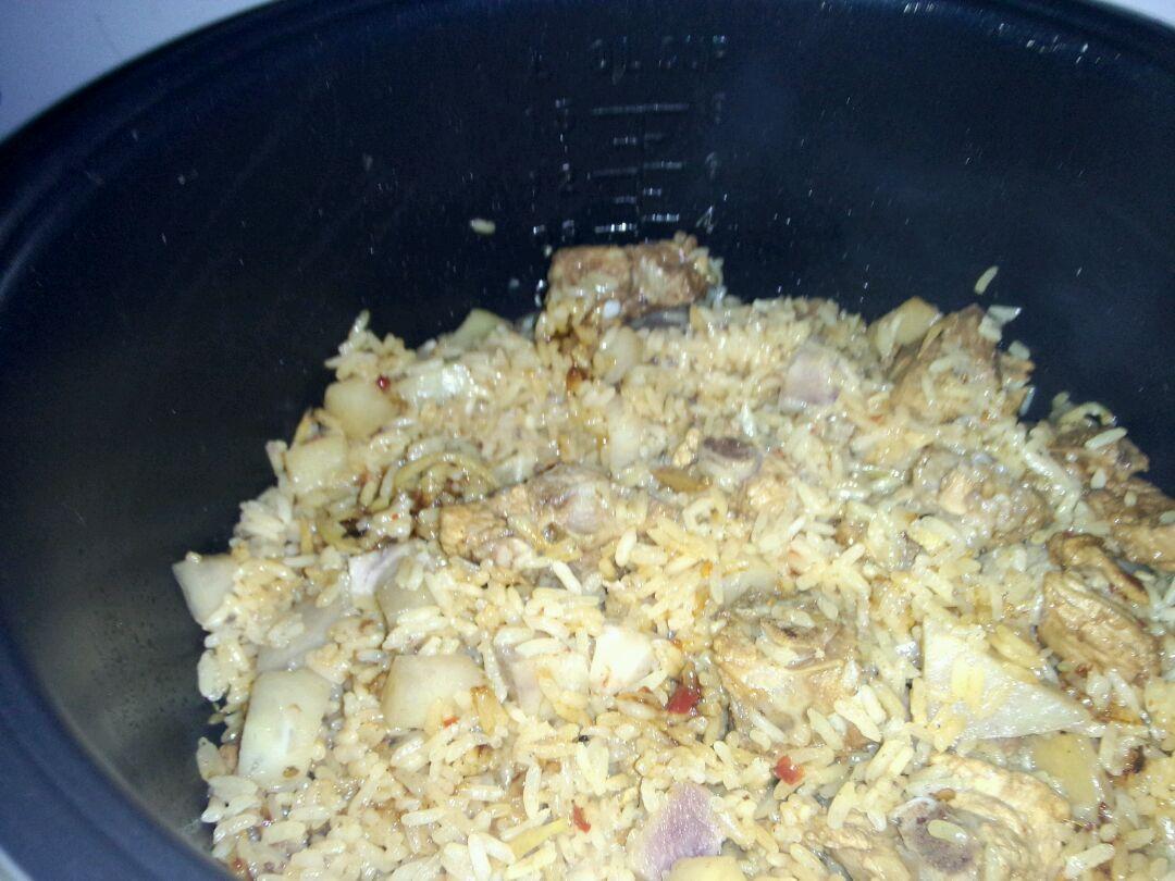 倒入电饭煲中,加入与米饭齐平的水,按下煮饭键,等饭煮好,要再焖10