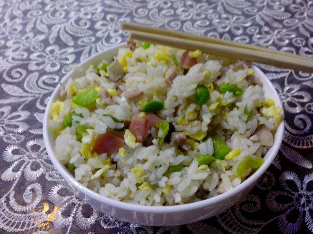 香菇,肉末 辅料   食用盐,植物油,鸡精,葱花 扬州蛋炒饭的做法步骤 小