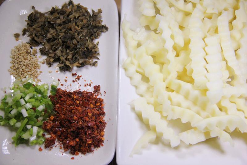 土豆削皮切成波浪的形状,放入清水中淘掉淀粉,然后沥干水分备用.