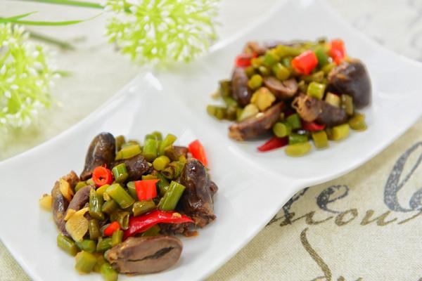 蒜苔酸豆角炒鸡杂-下饭菜/下酒菜的做法