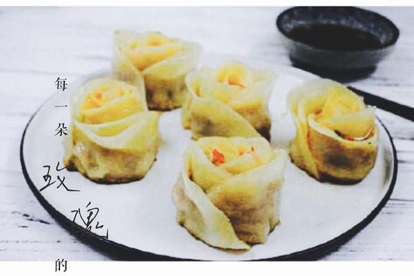 饺子皮 油 盐 生抽 老抽 鸡精 料酒 香油 葱末 玫瑰花饺的做法步骤