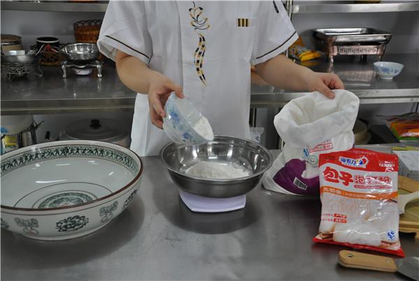 怎样做包子的做法步骤 包子泡打粉的使用方法很简单,先把海韦力包子