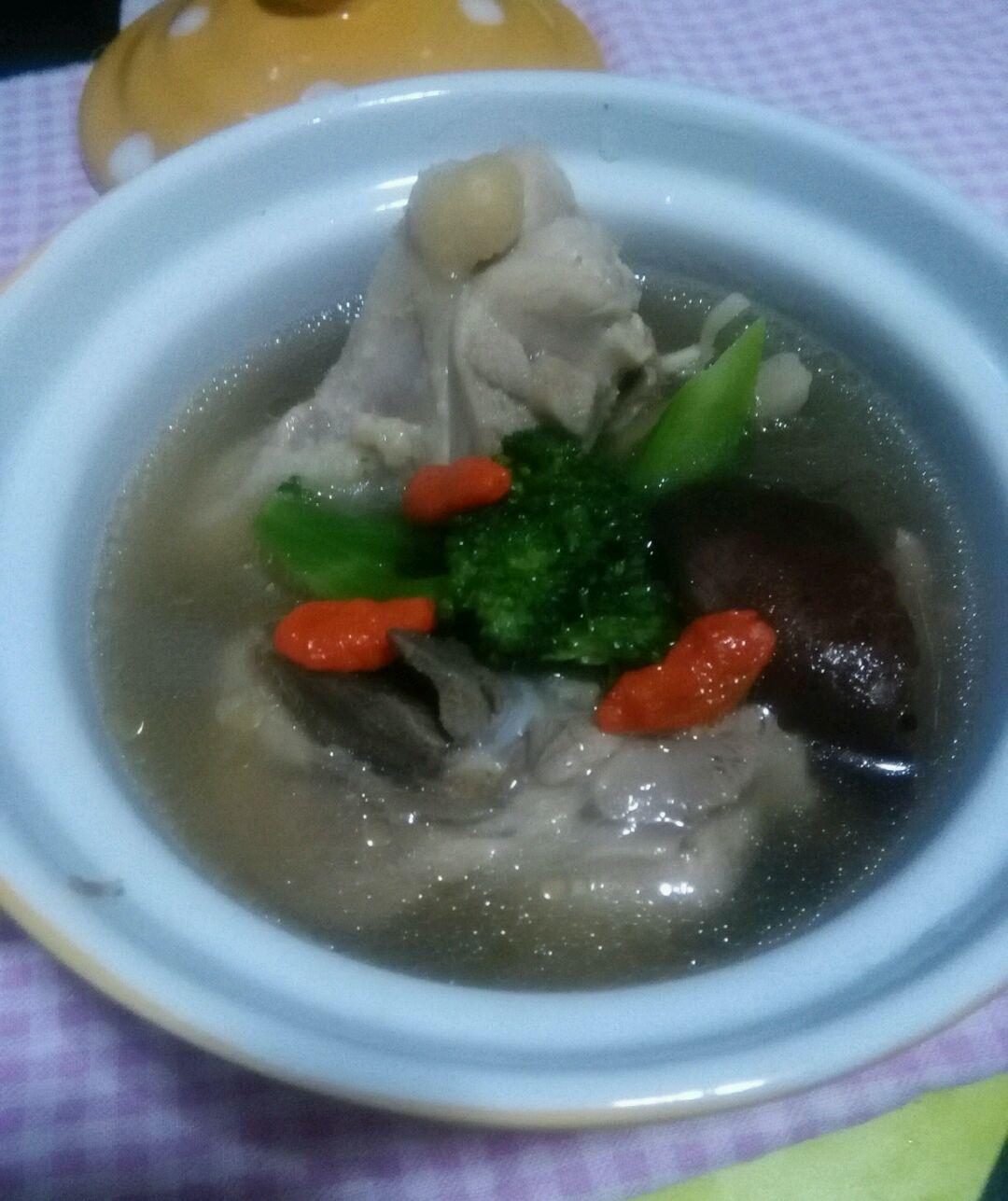 2. 待锅中出现大量浮沫,捞出鸡腿。重新冷水入锅,放入姜片,香菇。大火煮开,转小火炖20分钟。