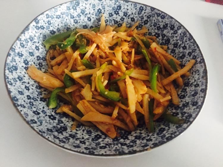 蒜两到三瓣 青椒一个 醋两小勺 盐少许 青椒土豆丝的做法步骤 1.