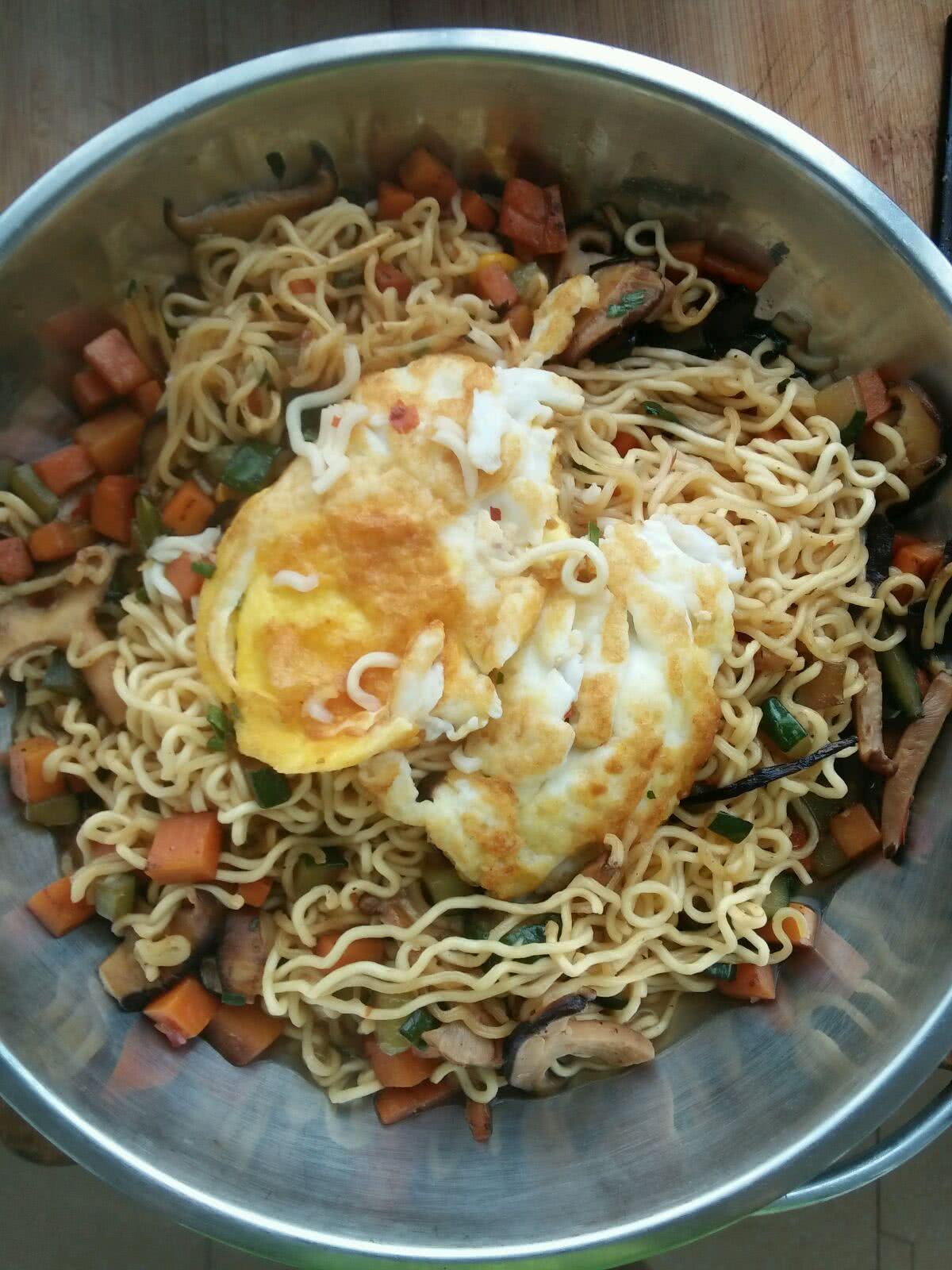 拌炒方便面的做法步骤 1. 1.煎一个蛋 2. 2.