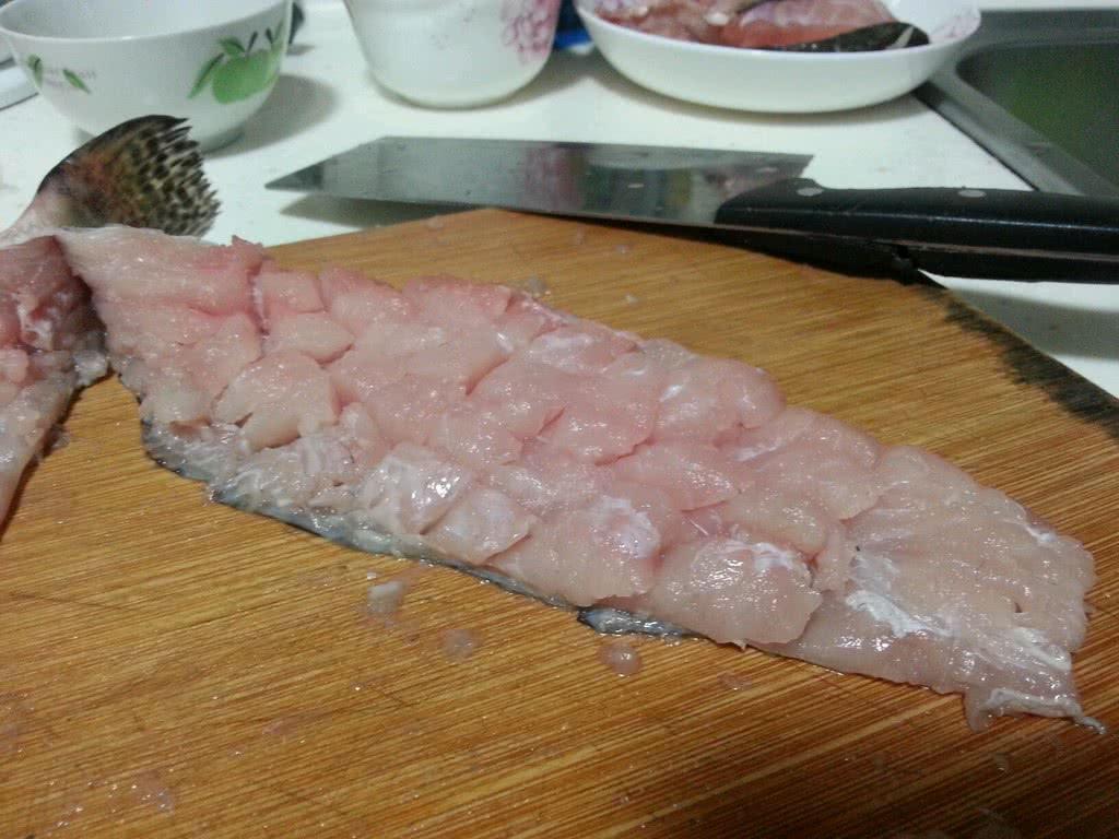 松鼠桂鱼的做法步骤 4. 裹上干淀粉,入油锅前斗掉多余的淀粉 5.