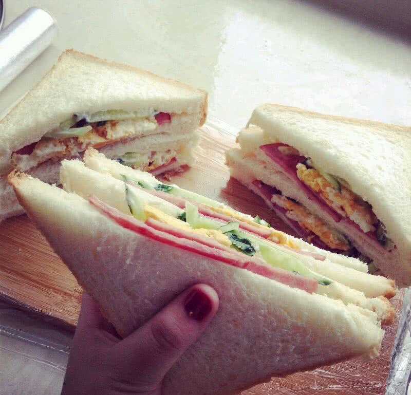 辅料  黄瓜1根 鸡蛋适量 火腿片适量 蔬菜三明治的做法步骤 2.