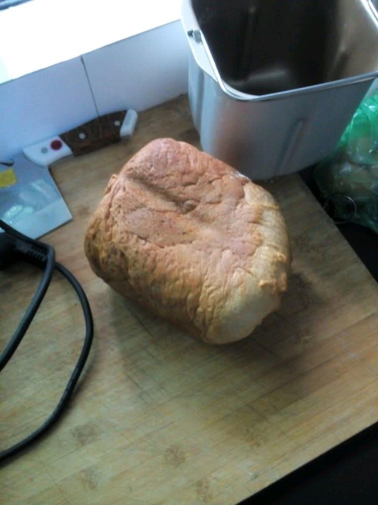 以上步骤做好把面包桶放入面包机内盖上盖子插上
