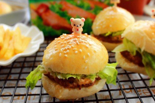 主料 牛肉,面 辅料   酷克壹佰腌料 牛肉汉堡的做法步骤       本菜谱