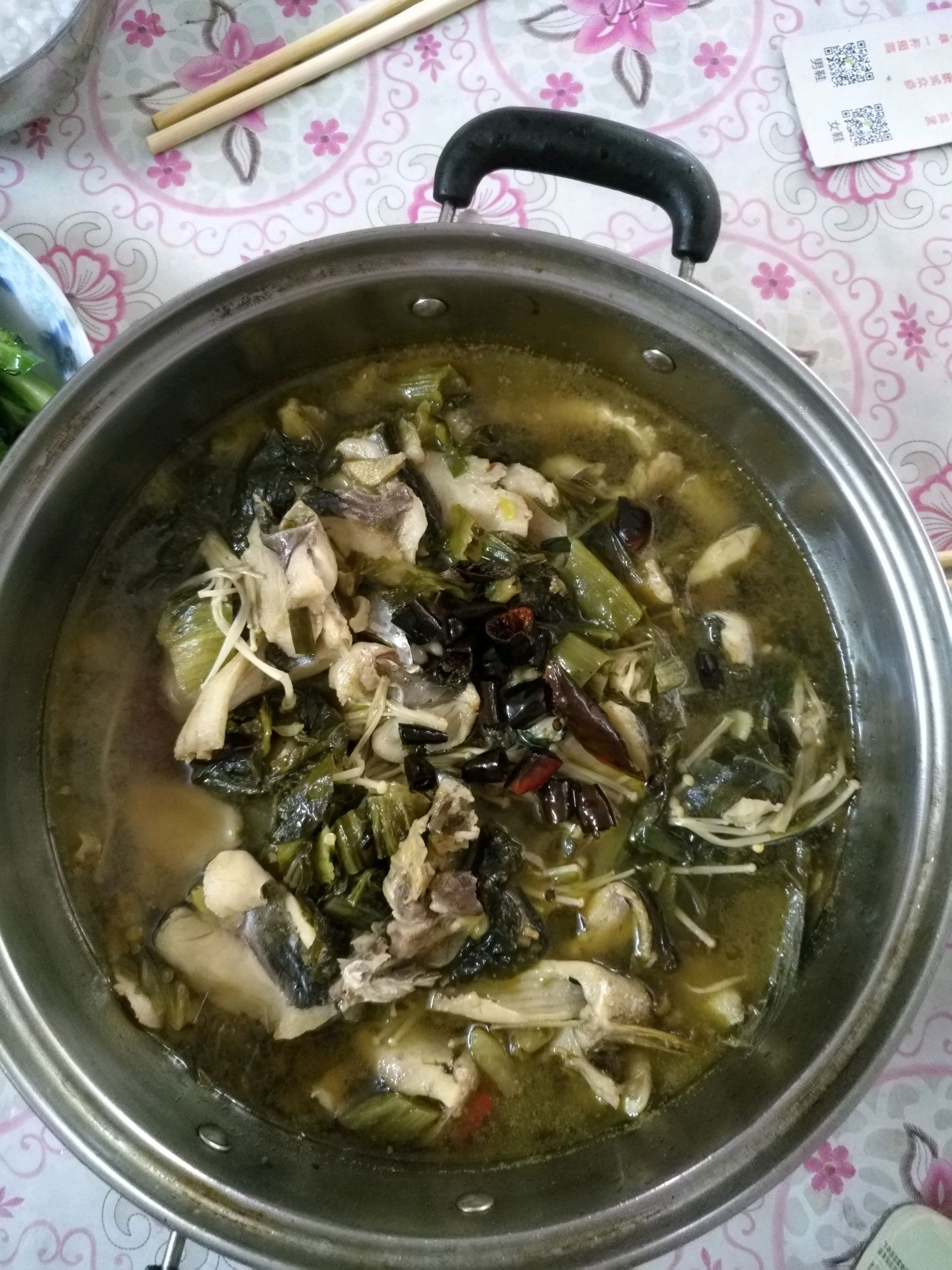 第一,先把酸菜洗一下。把小米辣剁成锻,把才切好。第二把鱼洗干净,用盐料酒,鸡精、姜片、蛋清。腌制一下。把酸菜,小妹辣放锅里。翻炒,切记涮菜里的水、小米辣椒水留着备用。在放些干红辣椒,放如开水。把腌制好的鱼,放到酸菜汤里。炖煮十几分钟,待鱼炖熟。即可。