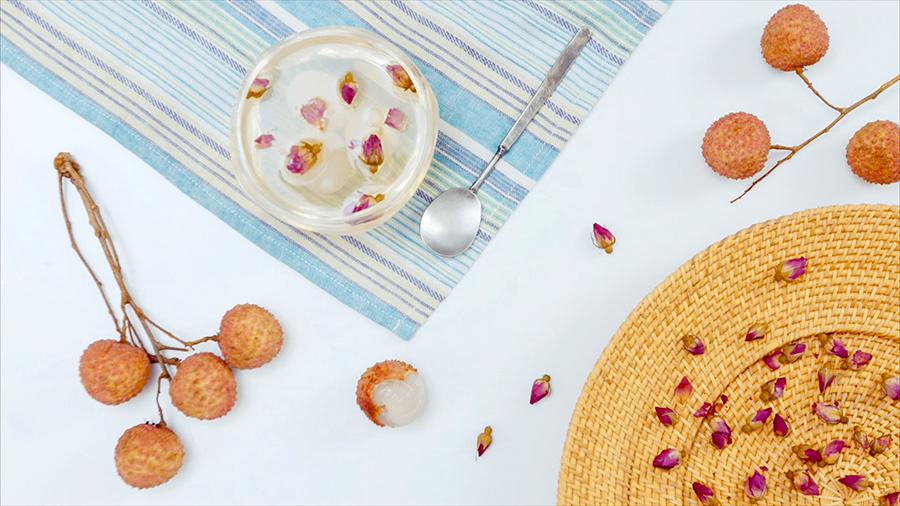 三款荔枝甜品|美食台的做法步骤 首先将红枣和冰糖放入水中煮开,待