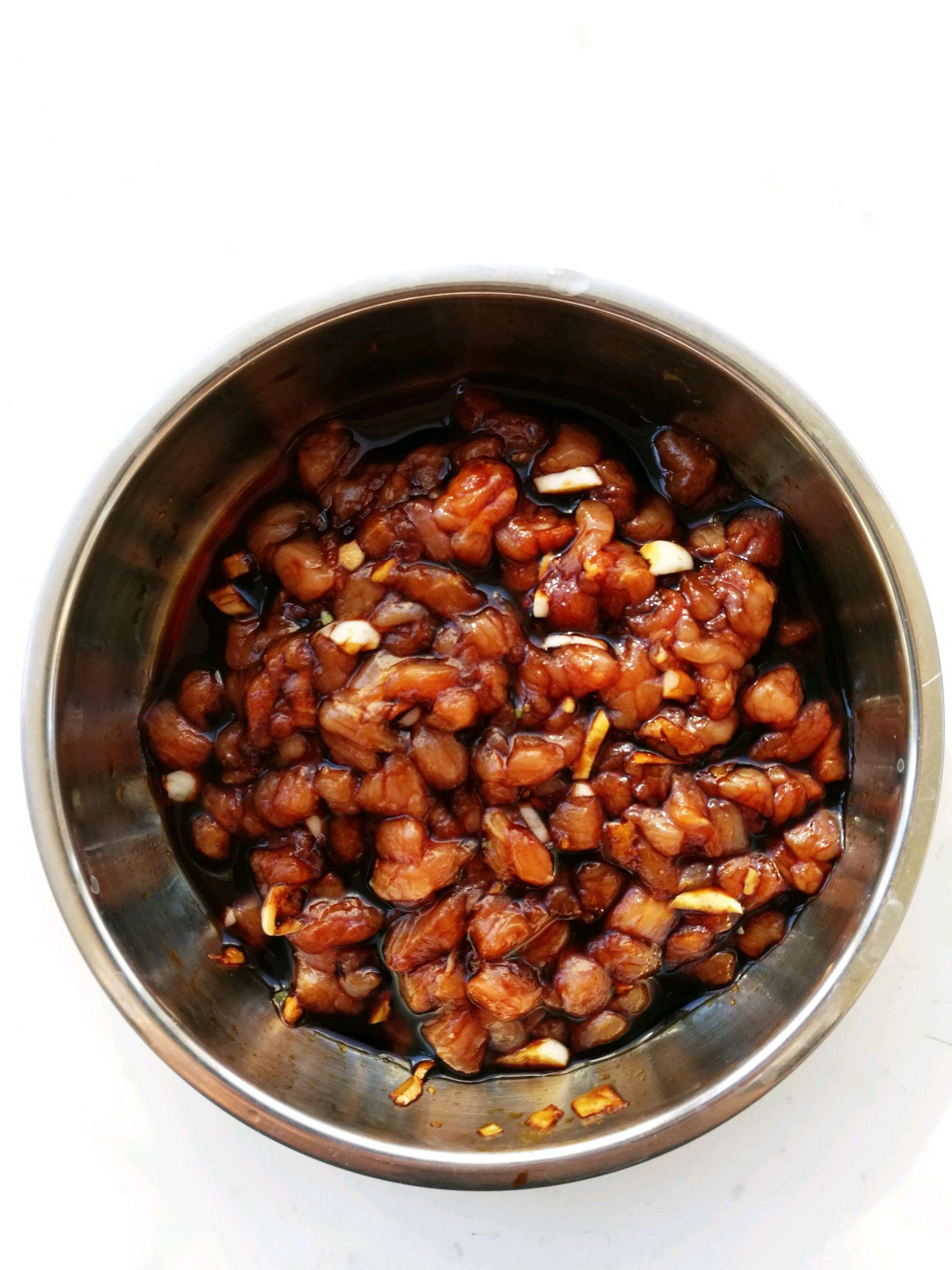 茄子肉丁面的做法图解1