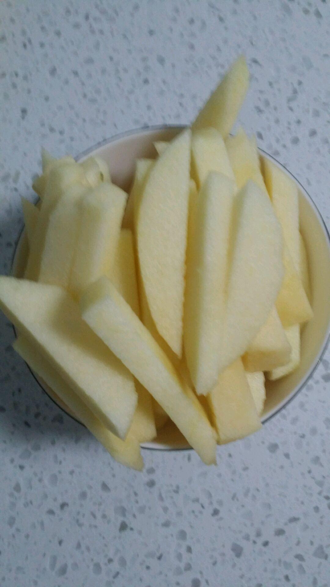 首先苹果切片,然后切成一厘米左右得条状.