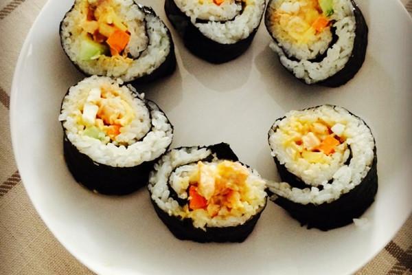 花瓜条适量 三文鱼适量 大黄根适量 沙拉酱适量 寿司的做法步骤 寿司