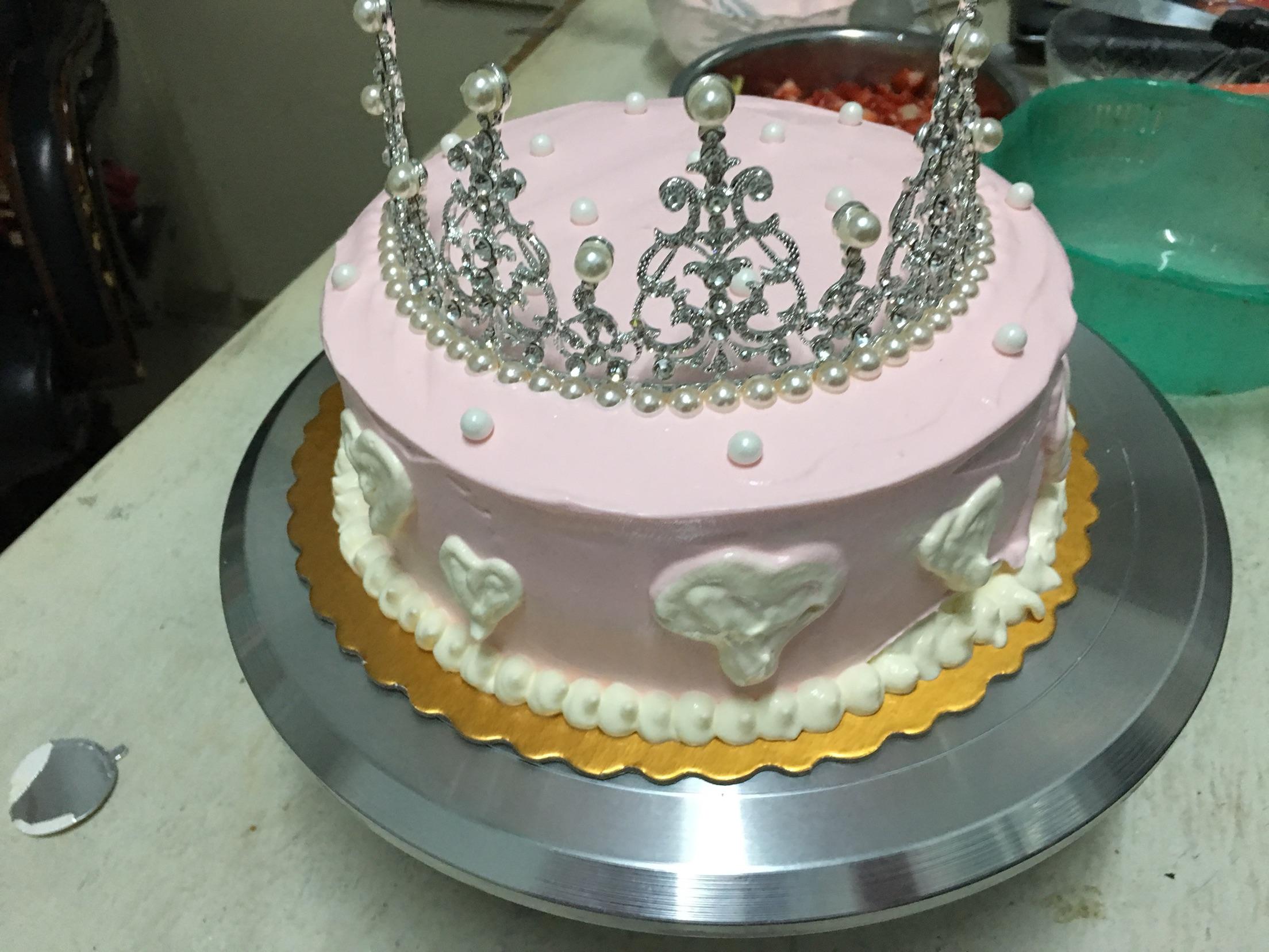 抹面 淡奶油500g 食用色素适量 糖珠适量 皇冠蛋糕的做法步骤