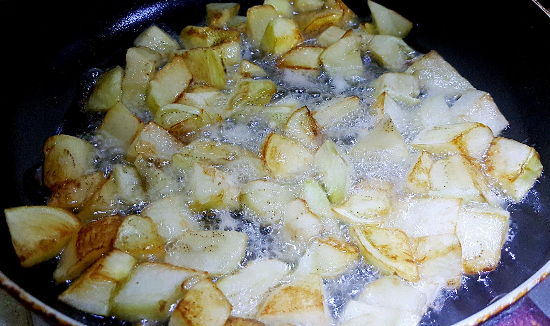 土豆,茄子去皮切菱形块,用油炸熟.捞出来.青椒也切类似形状块,备用.