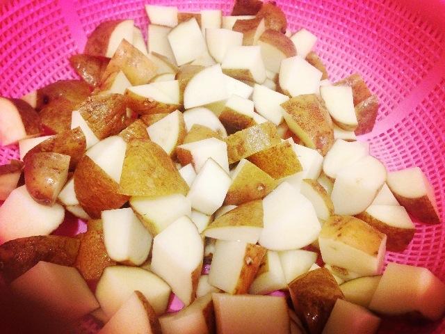 土豆洗净切块.