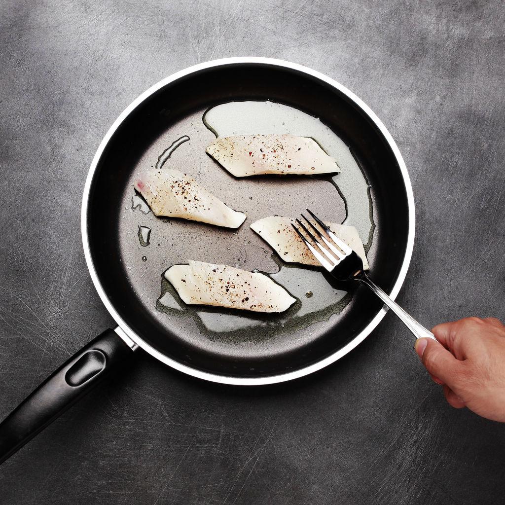 香煎海鲈鱼配白酒汁的做法图解2
