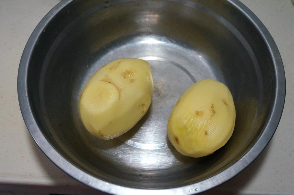 土豆削皮洗净