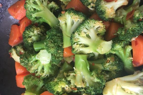 胡萝卜西兰花的做法