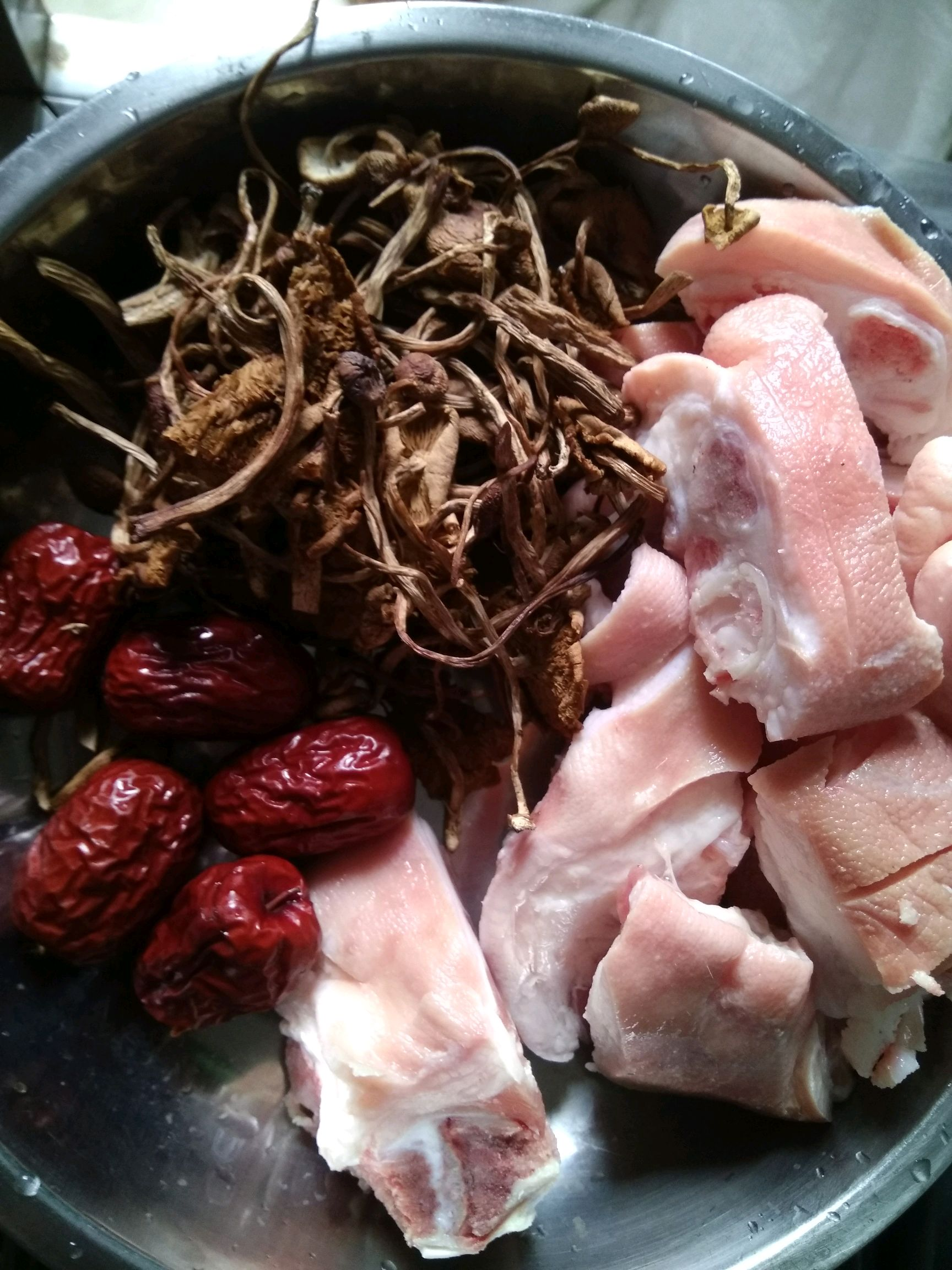茶树菇要提前泡20分钟(煮的时候没有那么干)