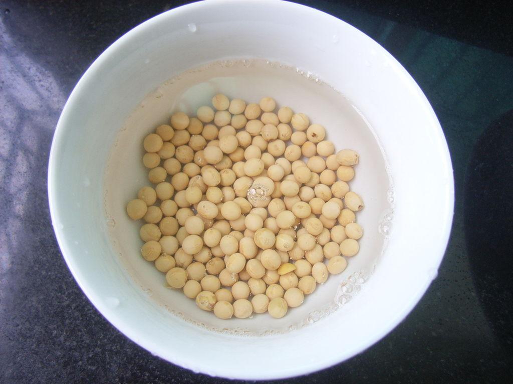 图解 黄豆/2. 黄豆浸泡2个小时;