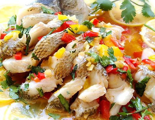 时间:30-45分钟   主料 鲈鱼500克 辅料   香菜一把 葱 柠檬一个 姜