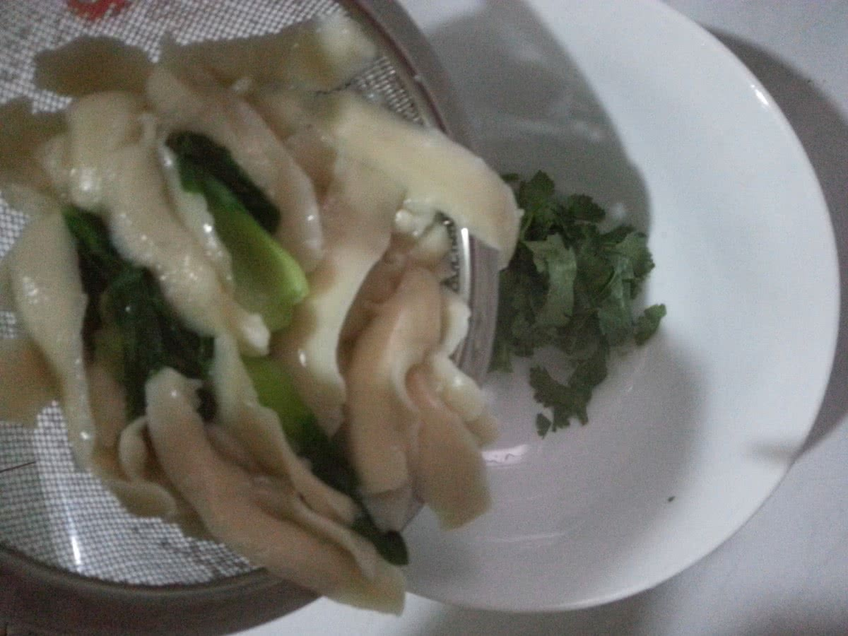 路飞 鸡汤 刀削面/9. 把捞出的面和青菜一起放入香菜碗中。