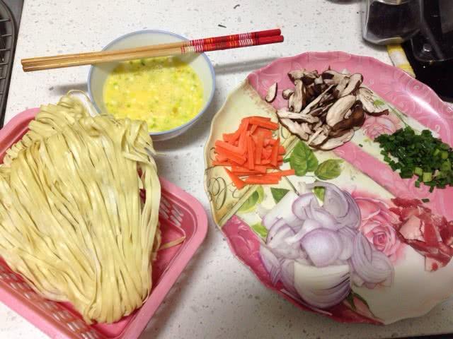 图解 鸡蛋/2. 萝卜切丝 香菇切片 洋葱切片 葱切成葱花葱头切碎跟鸡蛋打一起...